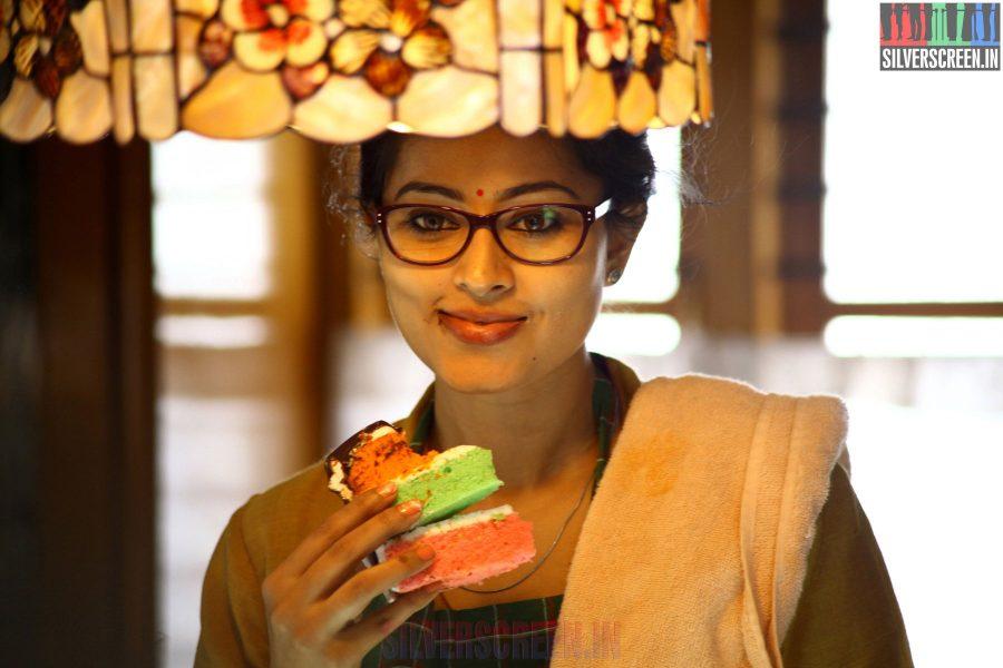 Sneha in Un Samayal Arayil Movie Stills