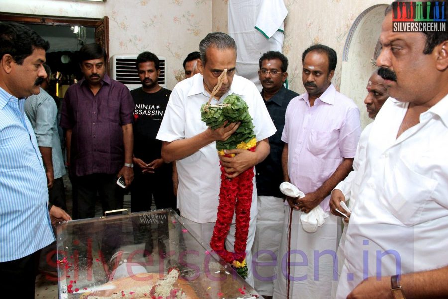 Producer AVM Saravanan at Director Ramanarayanan's Funeral