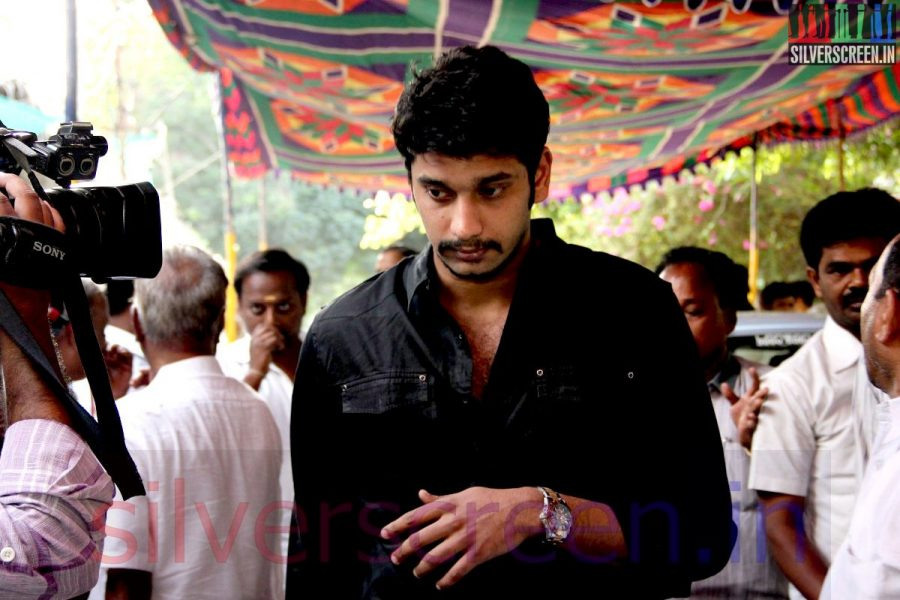 Actor Arulnithi at Director Ramanarayanan's Funeral