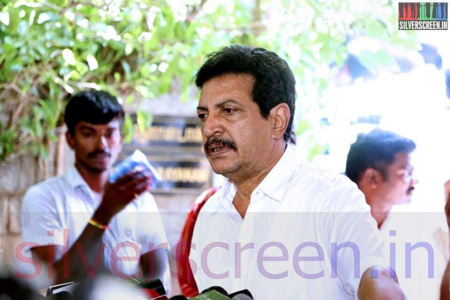 Actor Nizhalgal Ravi at Director Ramanarayanan's Funeral