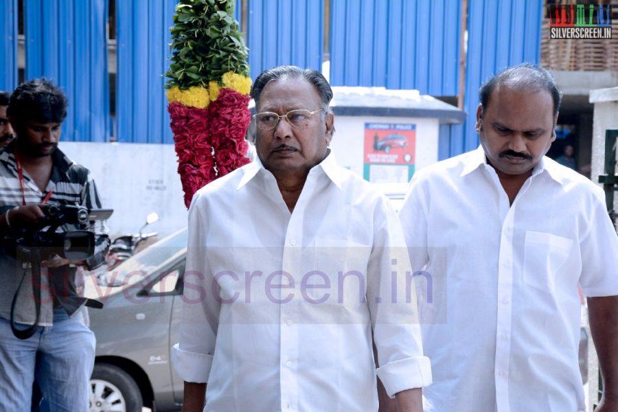 celebrities-k-balachander-son-bala-kailasam-funeral-stills-045