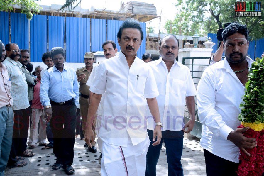 celebrities-k-balachander-son-bala-kailasam-funeral-stills-049