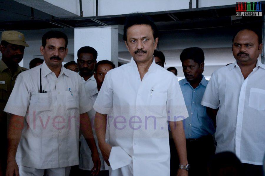 celebrities-k-balachander-son-bala-kailasam-funeral-stills-050