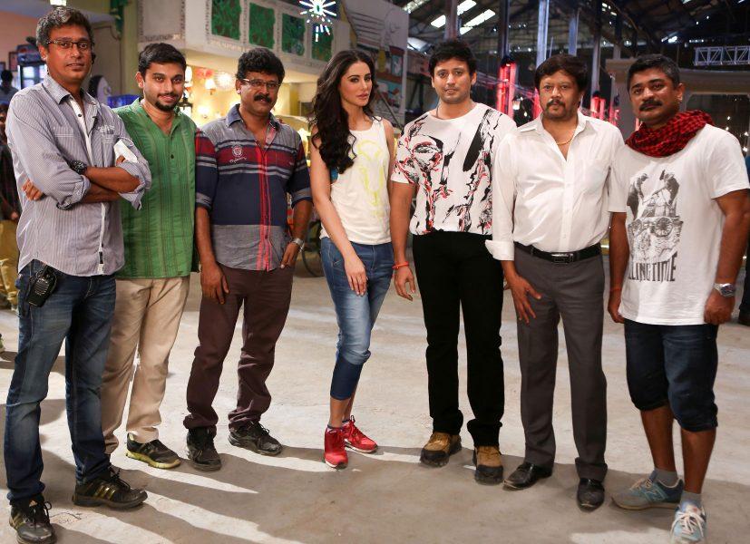 Actor Prashanth, Actress Nargis Fakhri, Actor Thiyagarajan, Cinematographer Soundararajan and Choreographer Raju Sundaram in Saahasam Movie Shooting Spot Stills