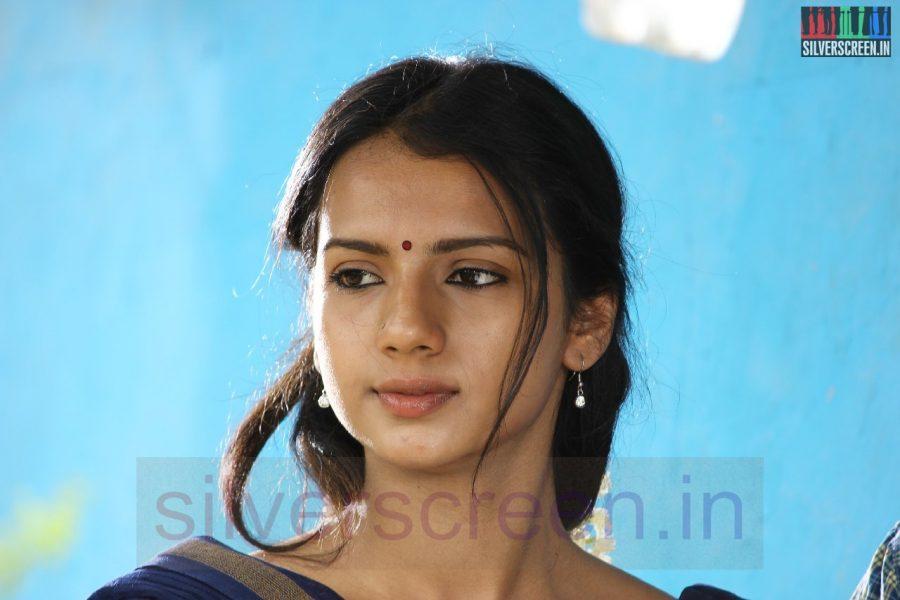 Actress Sruthi Hariharan in Nerungi Vaa Muthamidathe Movie Working Stills