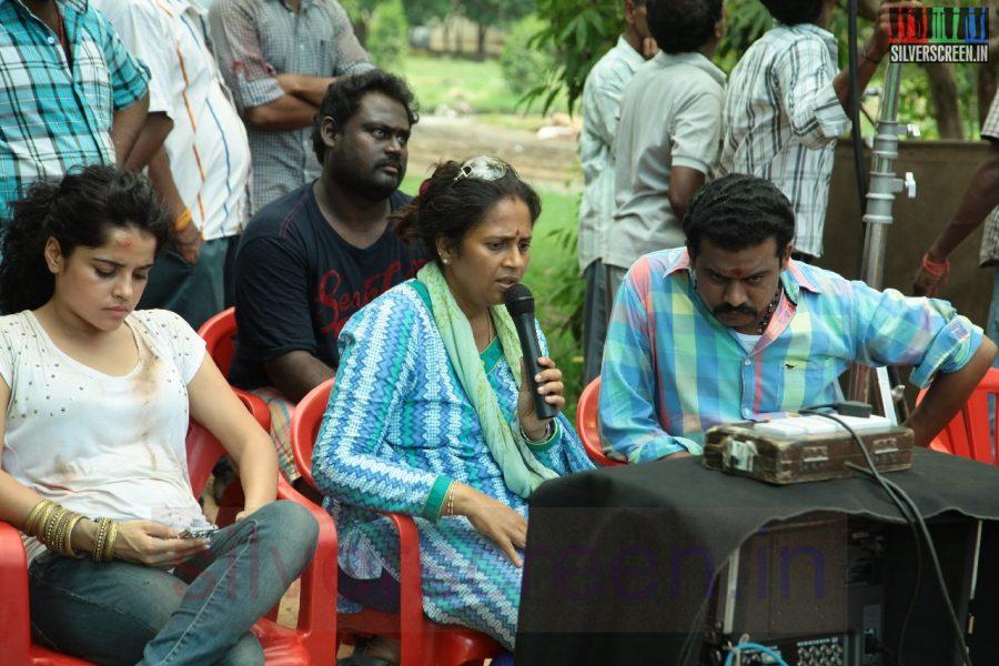 Actress Piaa Bajpai and Director Lakshmy Ramakrishnan in Nerungi Vaa Muthamidathe Movie Working Stills