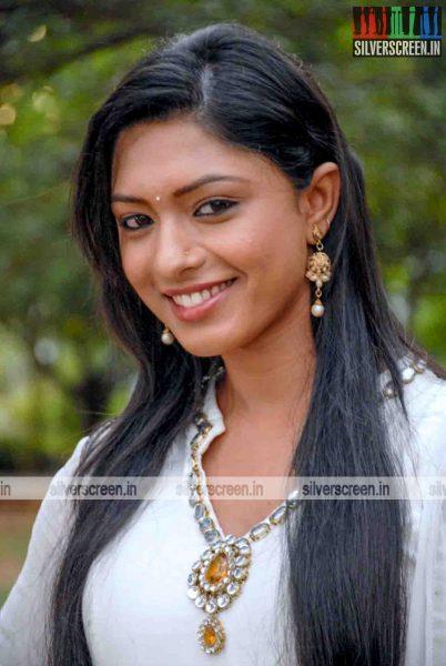miss-pannidathinga-appuram-varuthapaduvinga-movie-stills-003.jpg
