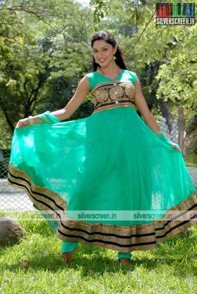 miss-pannidathinga-appuram-varuthapaduvinga-movie-stills-026.jpg