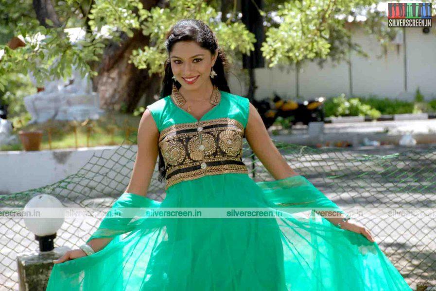 miss-pannidathinga-appuram-varuthapaduvinga-movie-stills-027.jpg