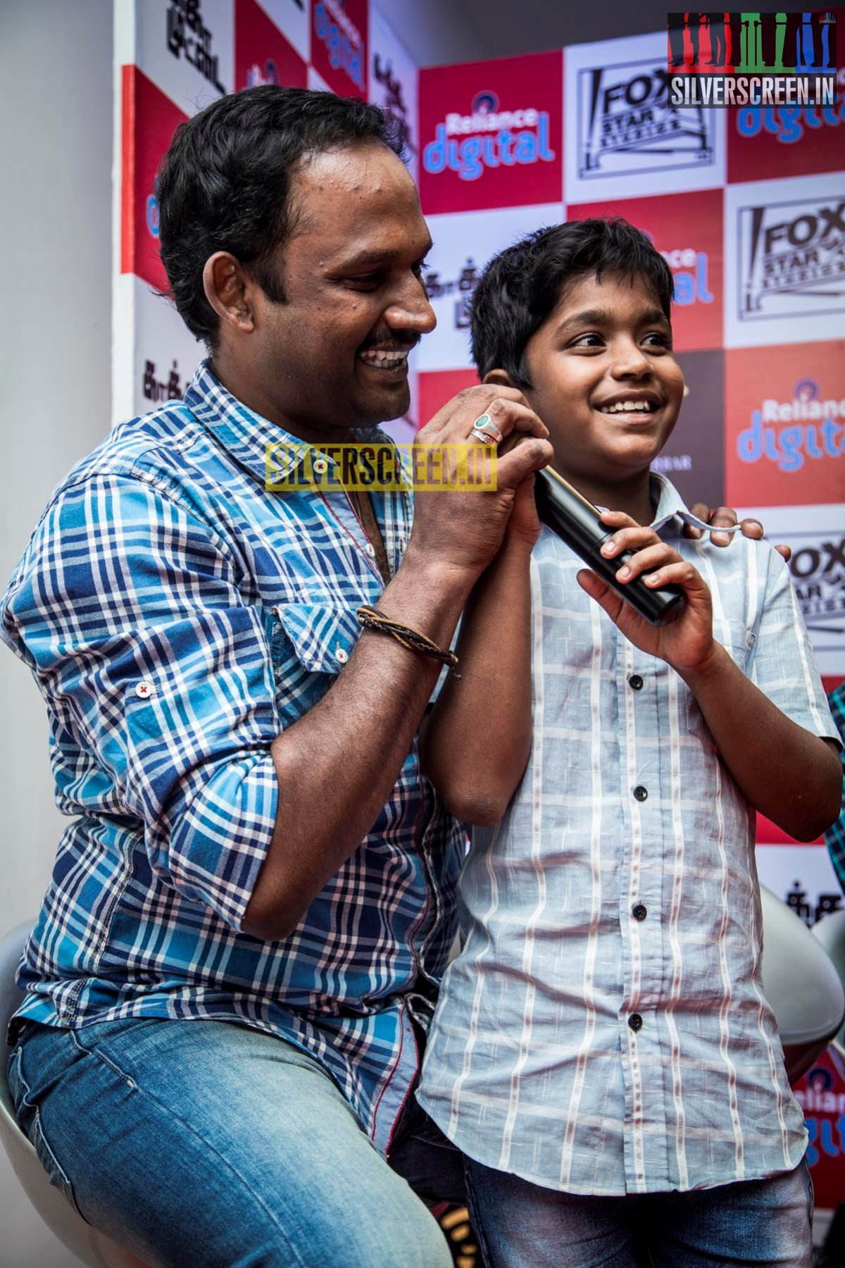 Director Manikandan at Kaakka Muttai Trailer Launch