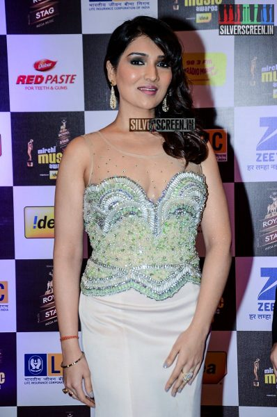 celebrities-at-the-radio-mirchi-awards-red-carpet-photos-0029.jpg