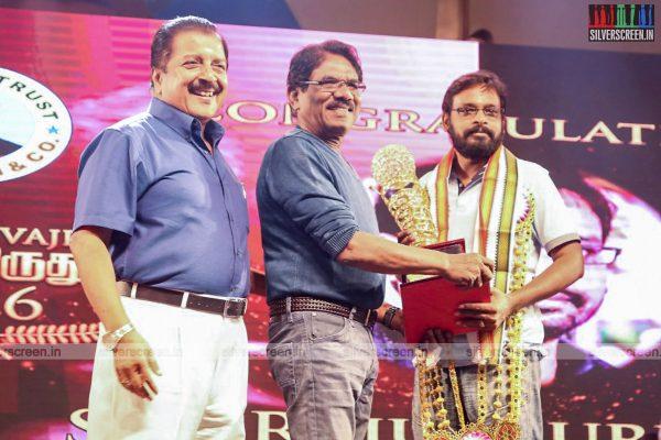 sivakarthikeyan-pc-sreeram-vikram-prabhu-sivakumar-p-bharathiraja-others-mgr-sivaji-academy-awards-2017-photos-0019.jpg