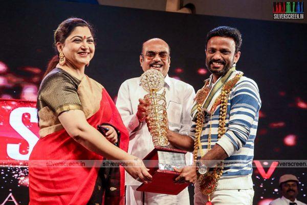 sivakarthikeyan-pc-sreeram-vikram-prabhu-sivakumar-p-bharathiraja-others-mgr-sivaji-academy-awards-2017-photos-0033.jpg