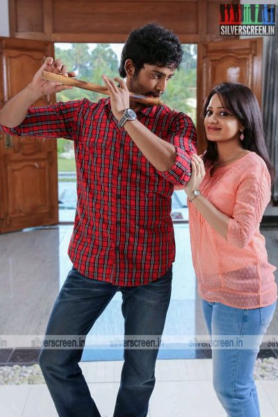 adhagappattathu-magajanangalay-movie-stills-0007.jpg