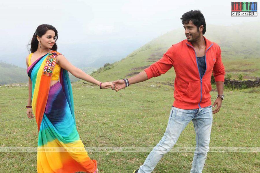 adhagappattathu-magajanangalay-movie-stills-0015.jpg