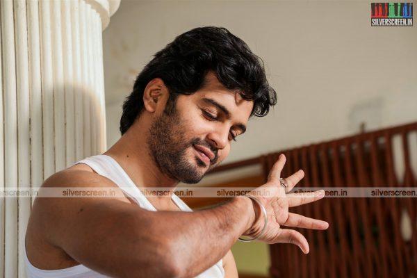 aayirathil-iruvar-movie-stills-starring-vinay-rai-kesha-khambhati-samudhrika-swasthika-others-stills-0015.jpg
