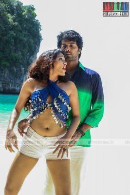 aayirathil-iruvar-movie-stills-starring-vinay-rai-kesha-khambhati-samudhrika-swasthika-others-stills-0017.jpg