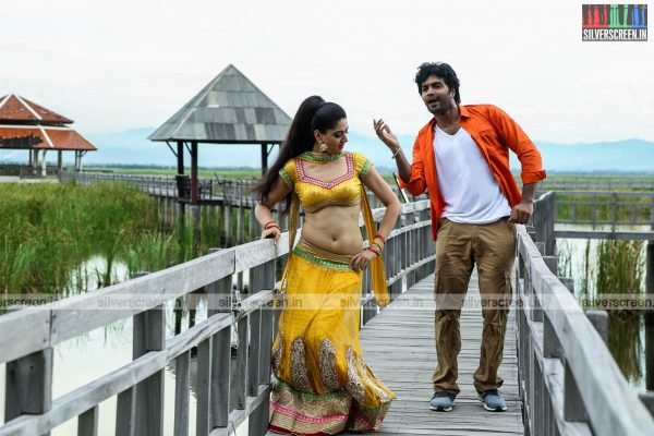 aayirathil-iruvar-movie-stills-starring-vinay-rai-kesha-khambhati-samudhrika-swasthika-others-stills-0021.jpg