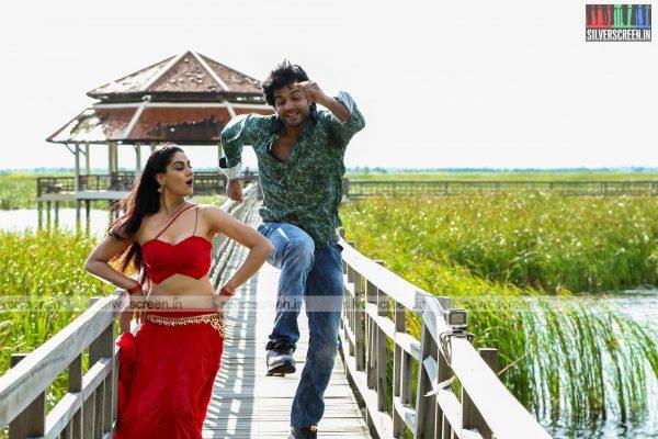 aayirathil-iruvar-movie-stills-starring-vinay-rai-kesha-khambhati-samudhrika-swasthika-others-stills-0022.jpg