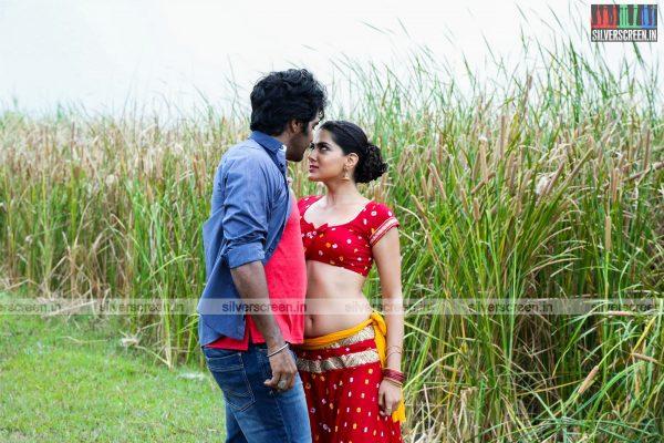 aayirathil-iruvar-movie-stills-starring-vinay-rai-kesha-khambhati-samudhrika-swasthika-others-stills-0023.jpg