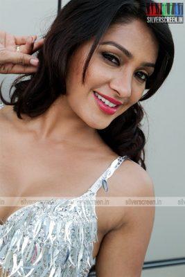 aayirathil-iruvar-movie-stills-starring-vinay-rai-kesha-khambhati-samudhrika-swasthika-others-stills-0024.jpg