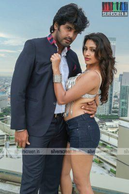 aayirathil-iruvar-movie-stills-starring-vinay-rai-kesha-khambhati-samudhrika-swasthika-others-stills-0030.jpg