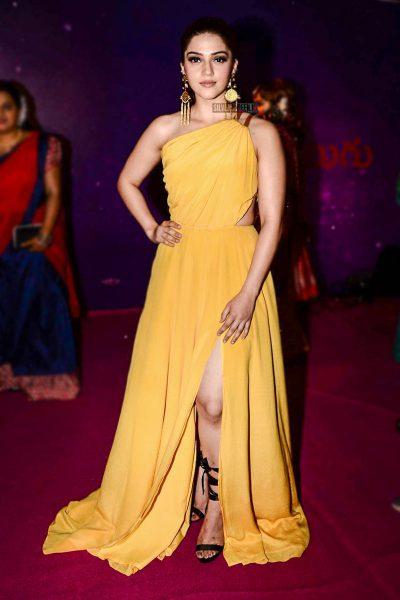 Mehreen Pirzada At The Zee Apsara Awards
