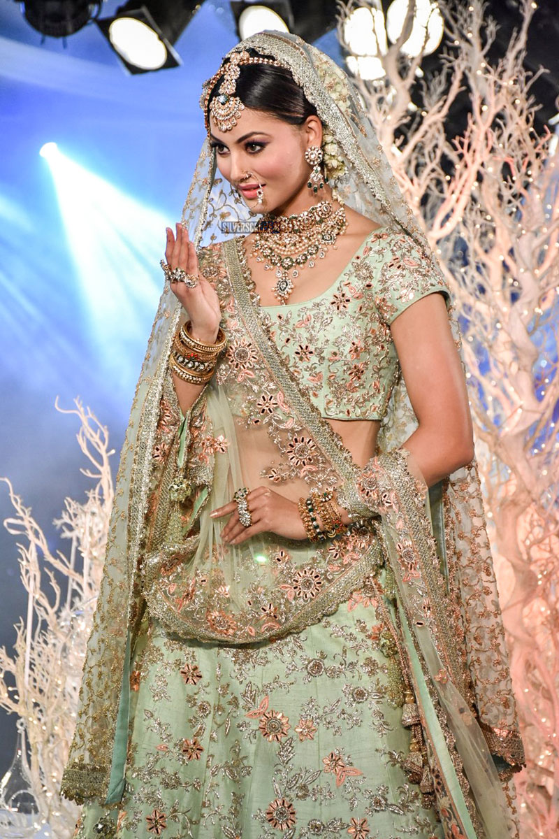 Urvashi Rautela, Kriti Kharbanda Walks For Vikram Phadnis ...