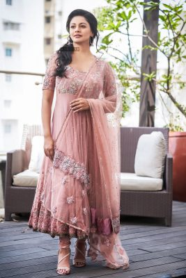 New Photos Of Pooja Kumar Whose Film Vishwaroopam 2 Releases Today