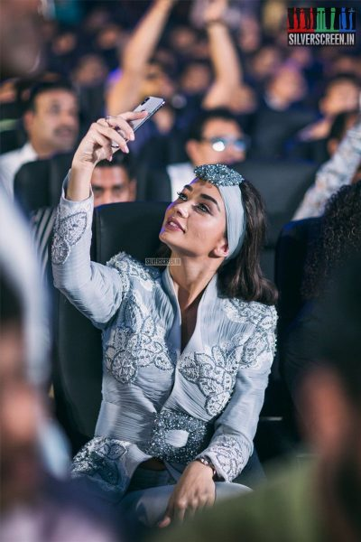 While many will be inclined to think Amy Jackson (who romanced a robot that bore uncanny resemblance to Rajinikanth in <em>2.0</em>) is taking a selfie, we think she's probably just checking her reflection, quite like the rest of us humans.