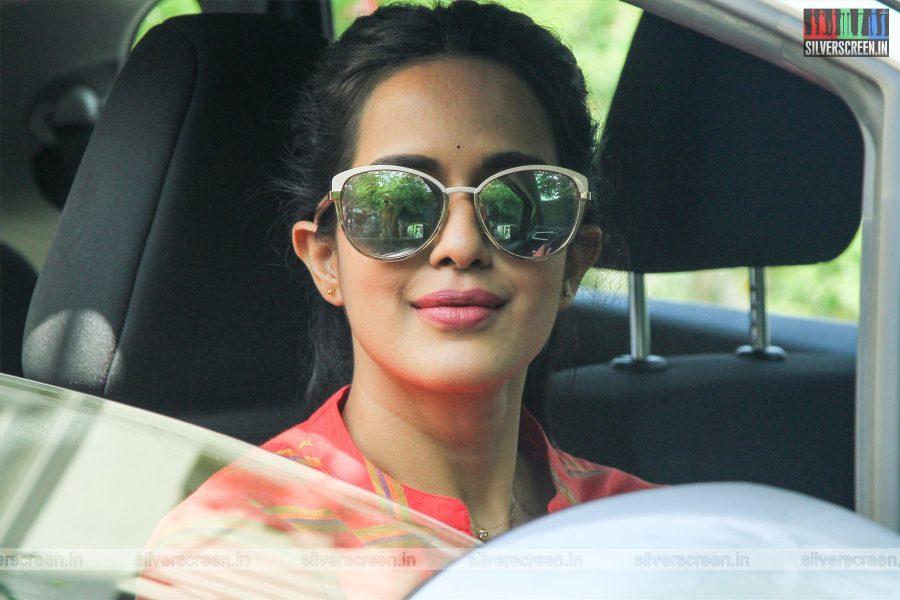 Bodhai Yeri Budhi Maari Movie Stills Starring Pradhayini Sarvothaman