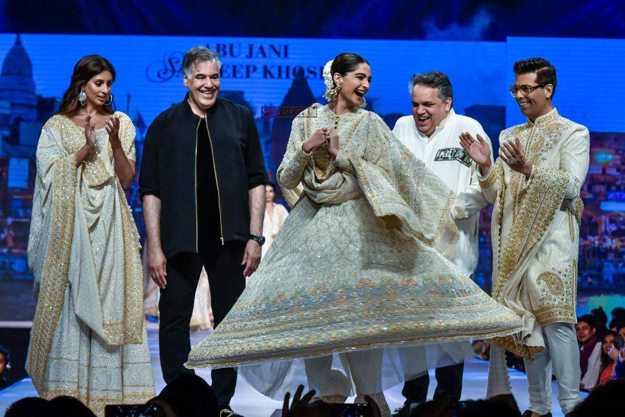 Karan Johar, Shweta Bachchan, Sonam Kapoor Walks The Ramp For Abu Jani And Sandeep Khosla