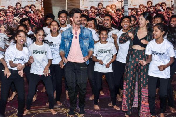 Mrunal Thakur, Hrithik Roshan Promote 'Super 30'