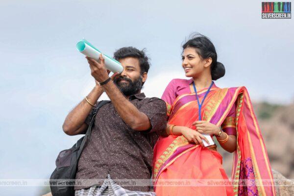 Irandam Ulagaporin Kadaisi Gundu Movie Stills Starring Dinesh, Anandhi