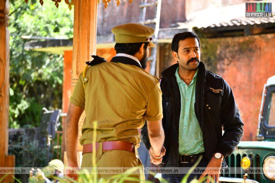 Thadayam Mudhal Adhyayam Movie Stills Starring Linga